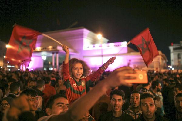 Des supporteurs marocains célèbrent la qualification de leur équipe nationale pour les Coupe du monde de football de 2018, le 11 novembre 2017 à Rabat, la capitale.