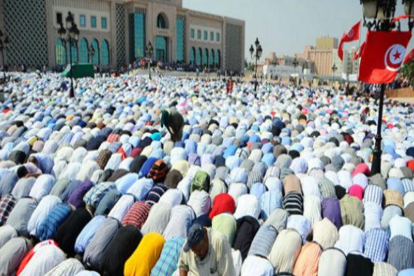 Des militants du parti islamiste tunisien Ennahdha prient pour soutenir le gouvernement, le 7 septembre 2012 à Tunis (image d'illustration).