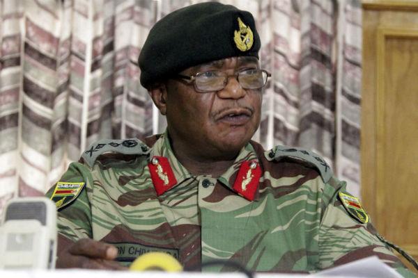 Le général  Constantino Chiwenga, commandat en chef des armées du Zimbabwe, lors d'une conférence de presse le 13 novembre.