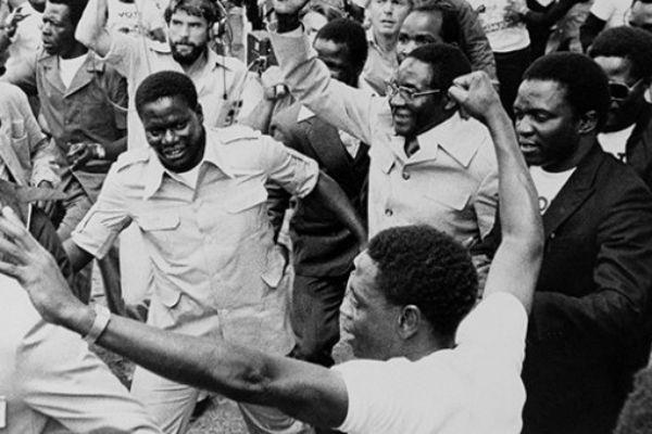 Robert Mugabe célèbre sa victoire à la présidentielle de 1987. Emmerson Mnangagwa est à droite de l'image, en costume sombre.