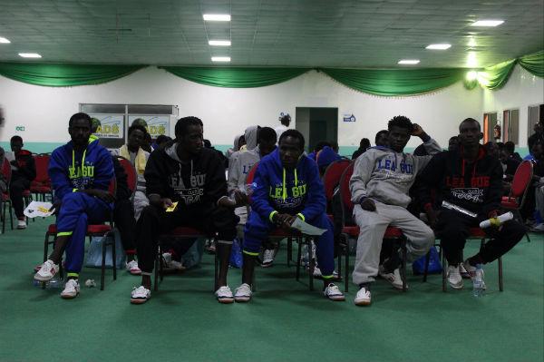 Près de l'aéroport de Dakar, mardi 14 novembre 2017, où 136 migrants de retour de Libye ont été accueillis par les autorités sénégalaises et l'OIM.