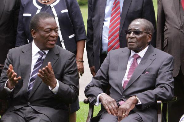 Emmerson Mnangagwa et Robert Mugabe, en 2014 au palais présidentiel.