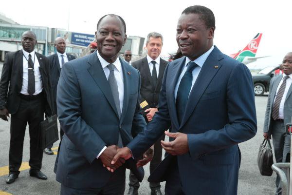 Alassane Ouattara et Faure Gnassingbé, lundi 20 novembre 2017 à l'aéroport d'Abidjan.
