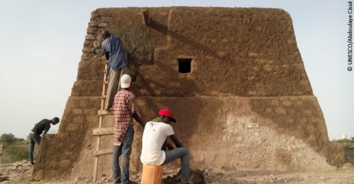 Travaux de reconstruction du mausolée Alpha Moya.