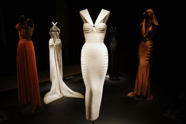 Des robes du créateur Azzedine Alaia lors de la rétrospective qui lui avait été consacrée à Paris en 2013.