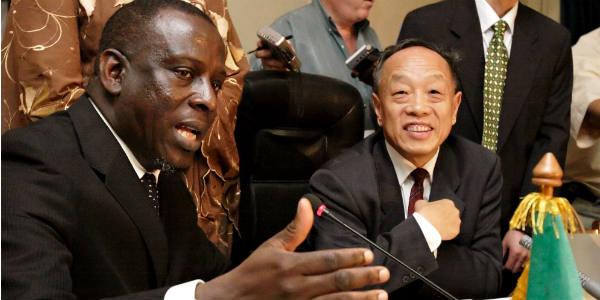 Cheikh Tidiane Gadio, alors ministre sénégalais des Affaires étrangères, en compagnie de son homologue chinois de l'époque, Li Zhaoxing, le 12 janvier 2006, à Dakar.