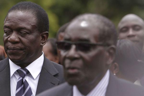 Emmerson Mnangagwa (g) se tient en retrait de Robert Mugabe lors de la prestation de serment de ce dernier, à Harare, en décembre 2014.