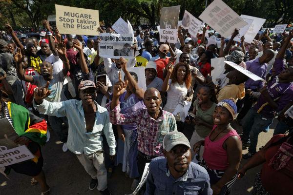 La foule devant le Parlement du Zimbabwe, avant l'annonce de la démission, qui appelle Robert Mugabe à quitter le pouvoir.