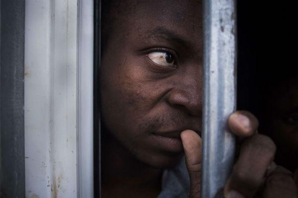 Un migrant subsaharien dans une geôle libyenne, en 2013.