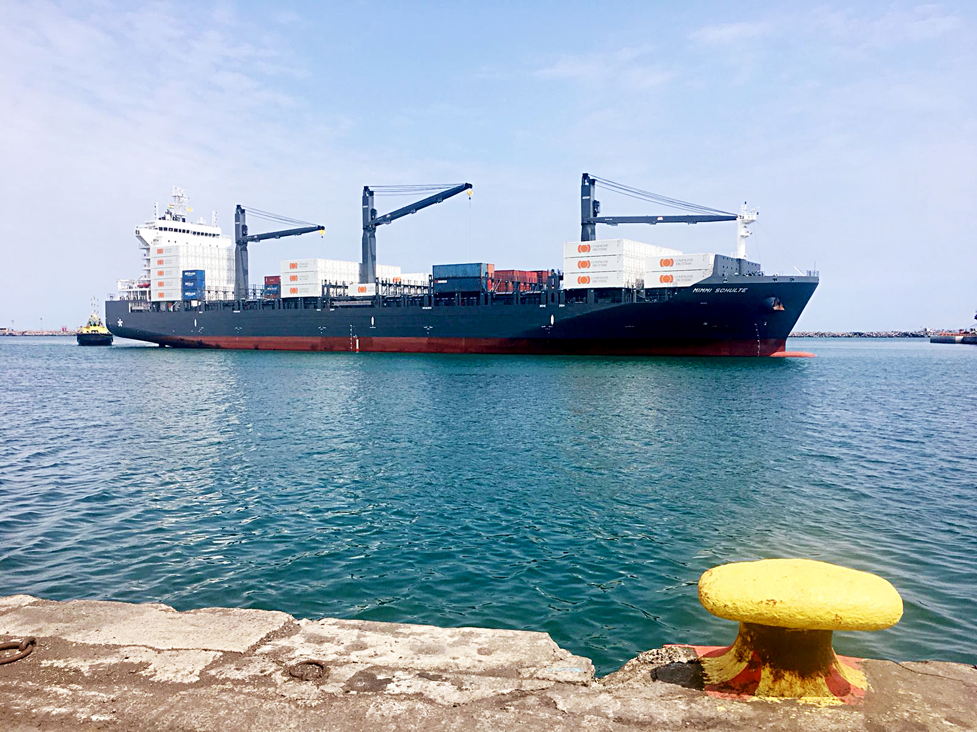 Le Mimmi Schulte, un des nouveaux porte-conteneurs du producteur, dans le port de Tema, au Ghana.