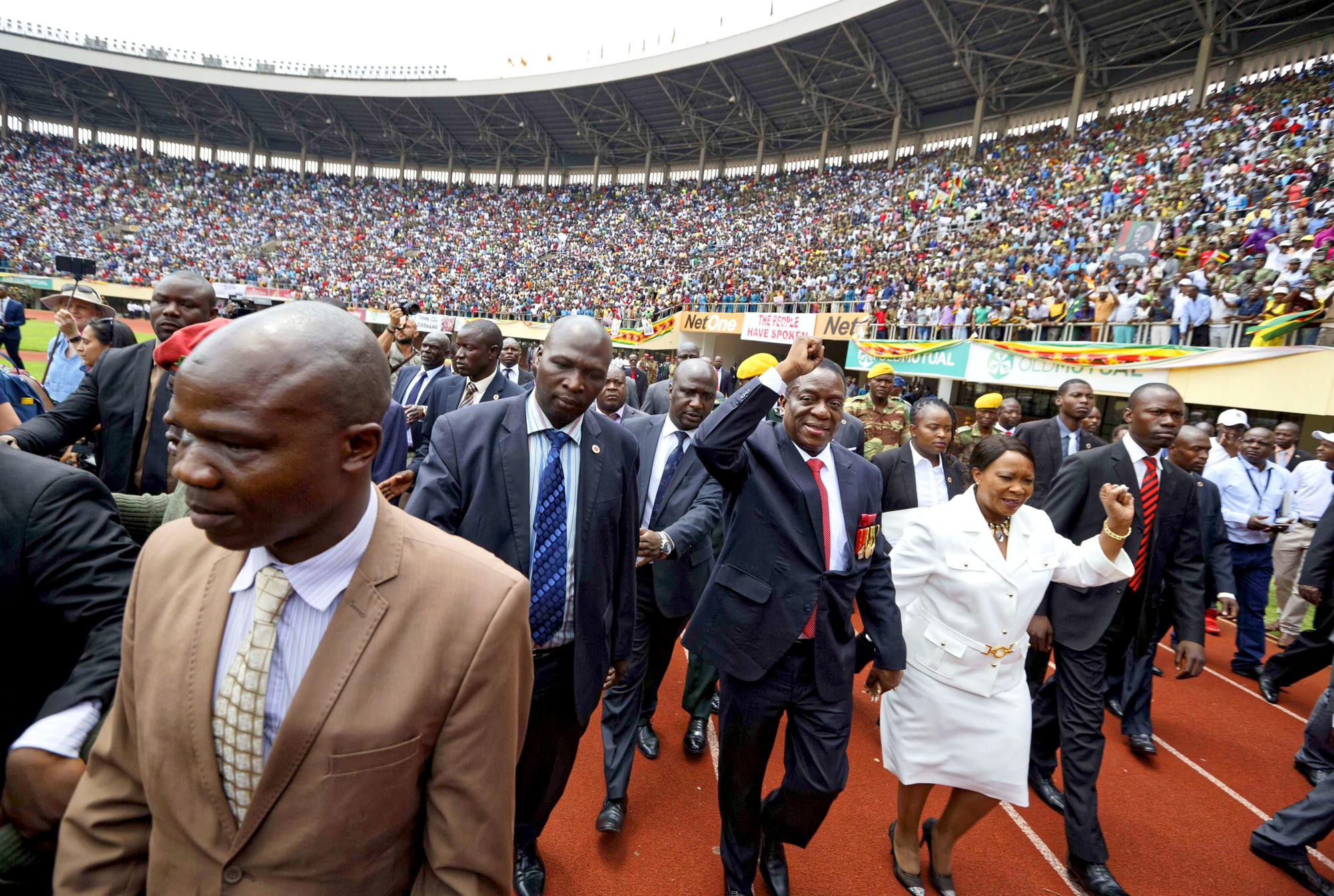 Emmerson Mnangagwa et sa femme, Auxilia, lors de son investiture, à Harare, le 24novembre.