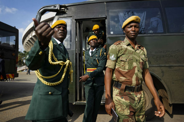 Des militaires zimbabwéens lors de l'investiture du nouveau président, Emmerson Mnangagwa, à Harare, le 25 novembre 2017.