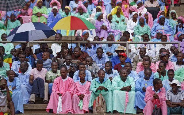 Des spectateurs assistent à l'investiture d'Emmerson Mnangagwa, à Harare, le 24 novembre 2017.