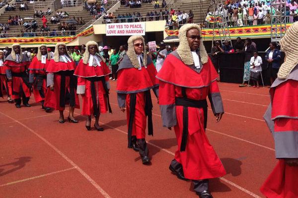 Les juges arrivent dans le stade, ce vendredi 24 novembre, pour l'investiture de Emmerson Mnangagwa.