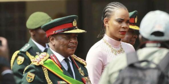 Le général Constantino Chiwenga, qui a mené le coup contre Mugabe, arrive à l'investiture de Emmerson Mnangagwa, le 24 novembre 2017.