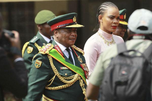 Le général Constantino Chiwenga, qui a mené le coup contre Mugabe, arrive à l'investiture de Emmerson Mnangagwa, ce vendredi 24 novembre 2017.