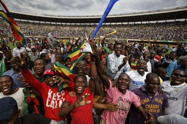 La foule, dans le stade d'Harare, ce vendredi 24 novembre.