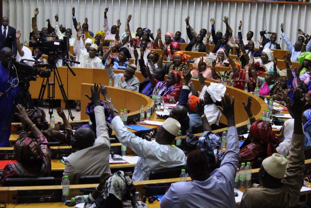 Le vote de l'assemblée pour lever l'immunité de Khalifa Sall, à Dakar, le 25 novembre 2017.
