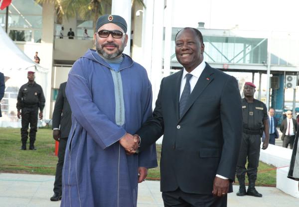 Le roi Mohammed VI accueilli par le président Alassane Ouattara, dimanche 26 novembre 2017 à Abidjan.