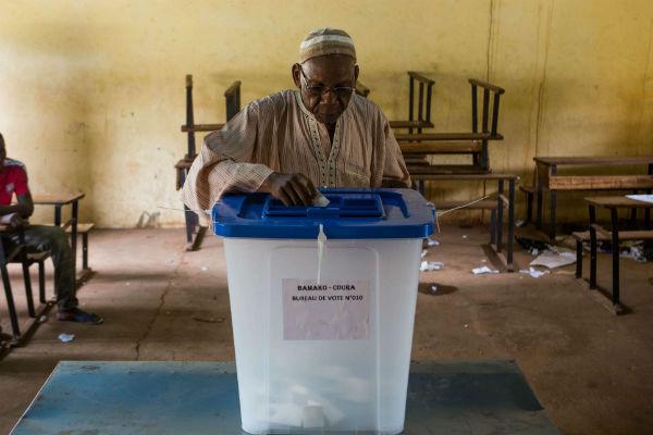 Dans un bureau de vote de Bamako, lors des élections d'août 2013.