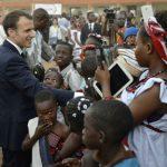 Emmanuel Macron, dans une école de Ouagadougou, après son «grand oral» à l'université, le 28 novembre 2017.