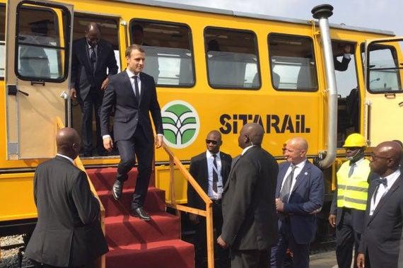 Le président ivoirien Alassane Ouattara et son homologue français Emmanuel Macron, lors du lancement des travaux du métro d'Abidjan, le 30 novembre 2017.