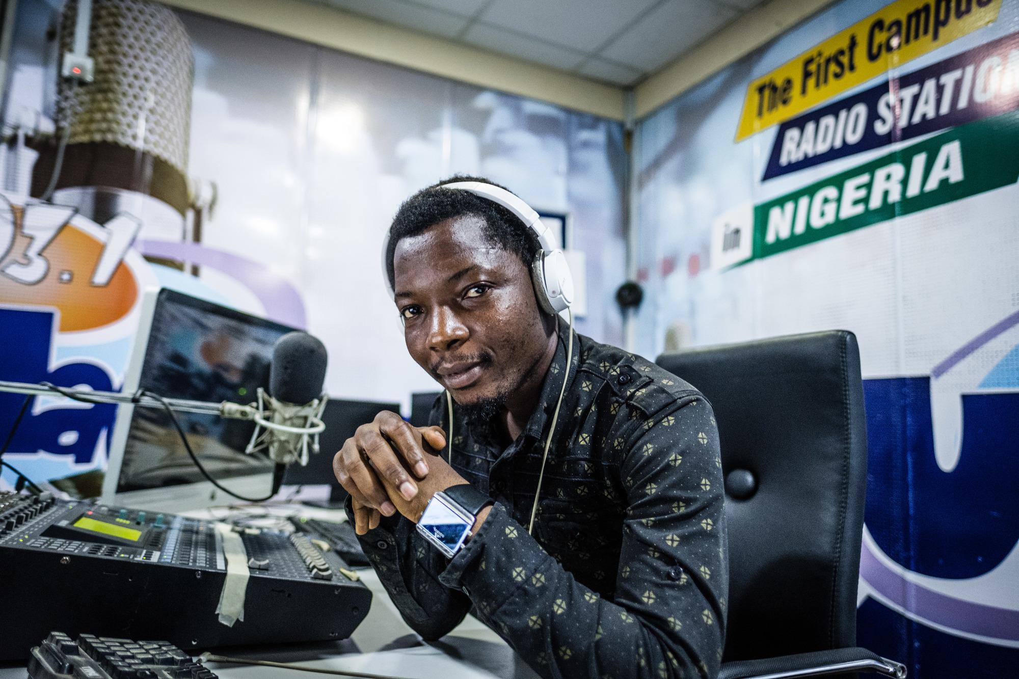 Éric Koufedji, animateur radio togolais arrivé il y a dix ans, présente des émissions en français sur Unilag FM et Metro FM.