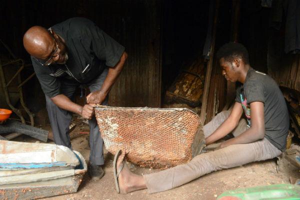 Cheick Diallo dans la forge de Médine, à Bamako.