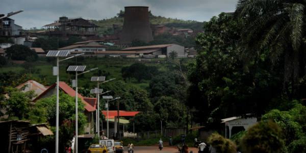 À Fria (Guinée), en 2013, une usine d'extraction de bauxite exploitée par la compagnie Rusal, fermée une année plus tôt suite aux revendications salariales des employés.