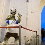 La mascotte du Mondial 2018 en Russie, le loup Zabivaka, à l'entrée de la tour Kutafya Tower, au Kremlin, à Moscou, le 30 novembre 2017.