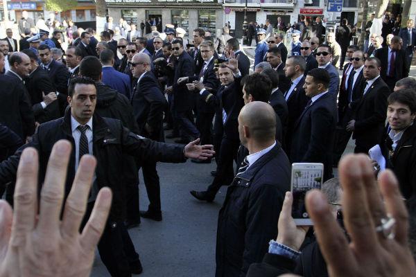 Emmanuel Macron dans les rues d'Alger, ce jeudi 7 décembre.