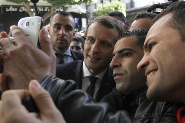 Emmanuel Macron avec de jeunes Algérois, mercredi 6 septembre 2017.