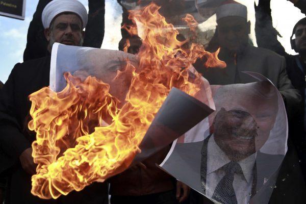 Des manifestants palestiniens brûlent des images de Benjamin Netanyahu et de Donald Trump, le 7 décembre 2017 dans la bande de Gaza.