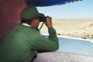Un soldat marocain surveillant le «mur de défense», à Guerguerat, dans le Sahara occidental, le 29mars 2017.
