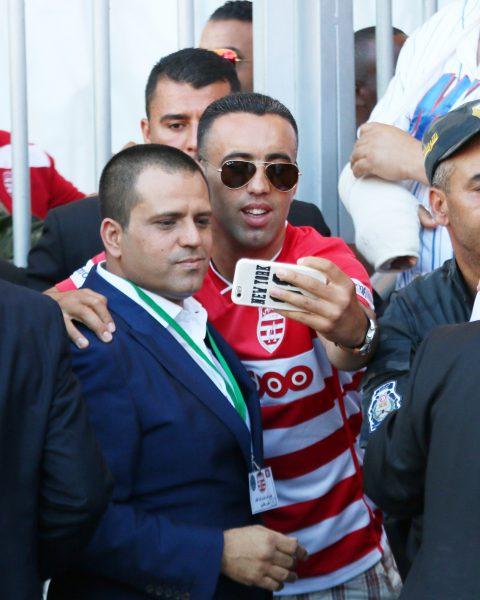 Slim Riahi, fondateur de l'UPL, avec un supporter du Club africain,le 17juin au stade de Radès, dans la banlieue de Tunis.