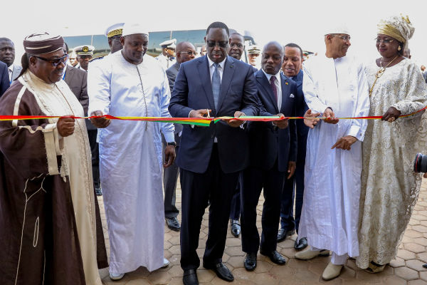 Inauguration de l'AIBD, le 7 décembre 2017, par le président sénégalais Macky Sall, aux côtés des chefs d'État gambien Adama Barrow, bissau-guinéen José Mario Vaz, gabonais Ali Bongo Ondimba, et santoméen Patrice Trovoada.