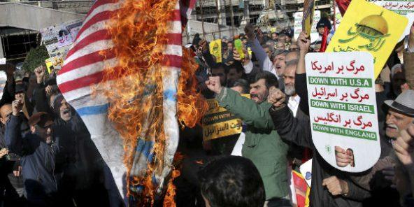A Téhéran, des manifestants brulent un drapeau américain, ce 8 décembre 2017.