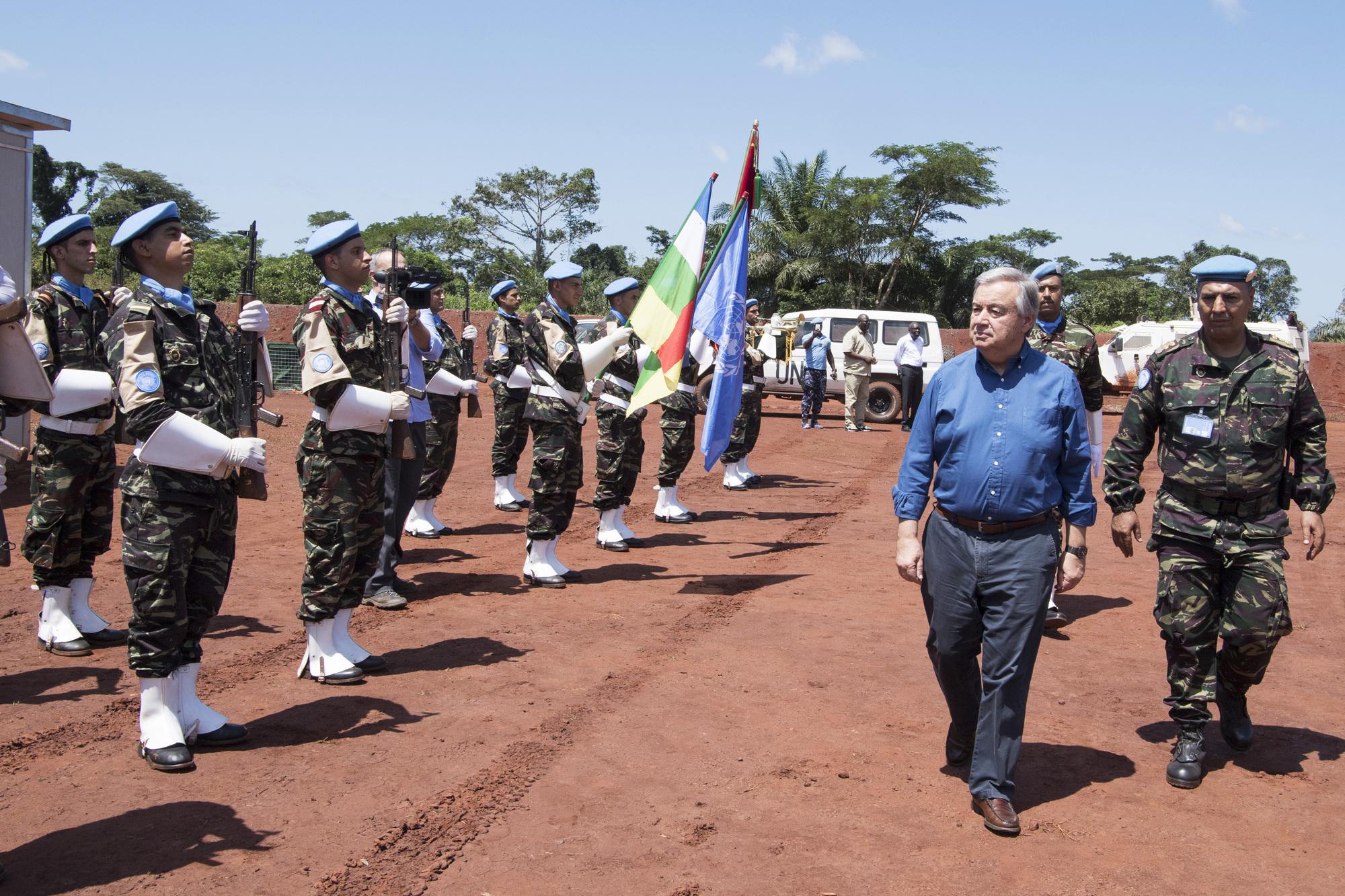 Le secrétaire général des Nations unies, au camp de Bangassou, en Centrafrique, le 25octobre, avant la cérémonie enl'honneur des Casques bleus marocains et cambodgiens de la Minusca tués dans une embuscade en mai.