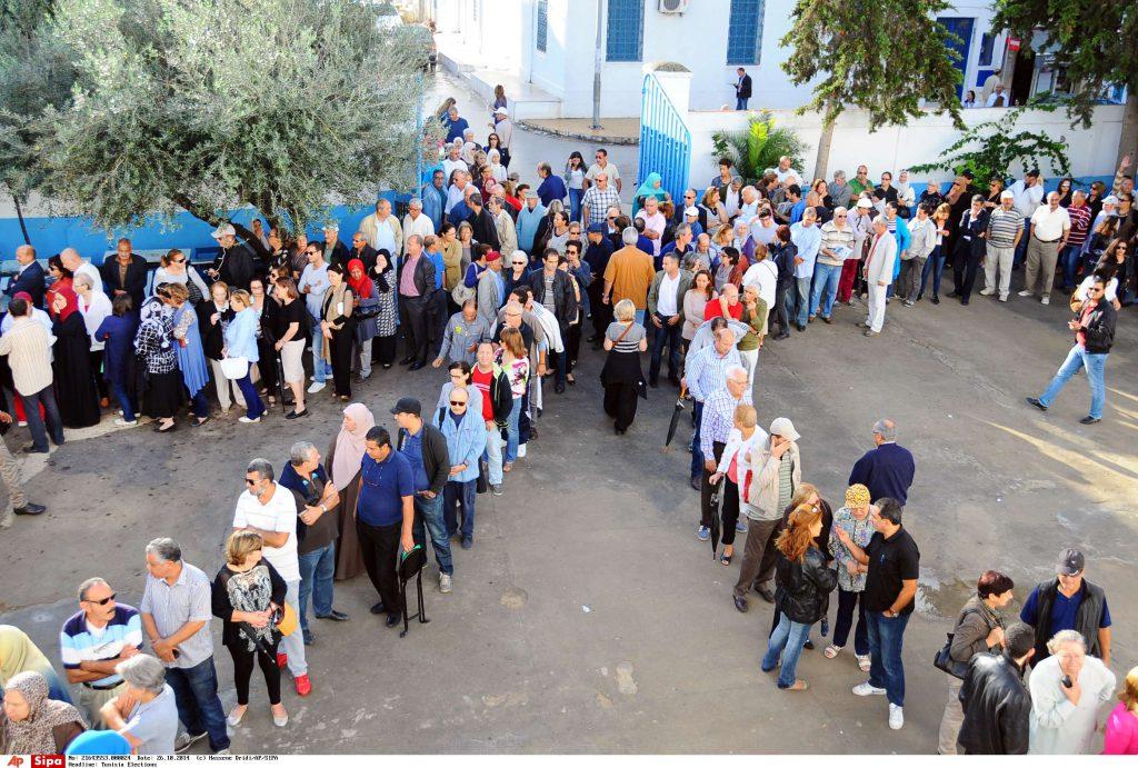 La queue à l'entrée des bureaux de votes Tunisiens lors des élections du 26 octobre 2014.
