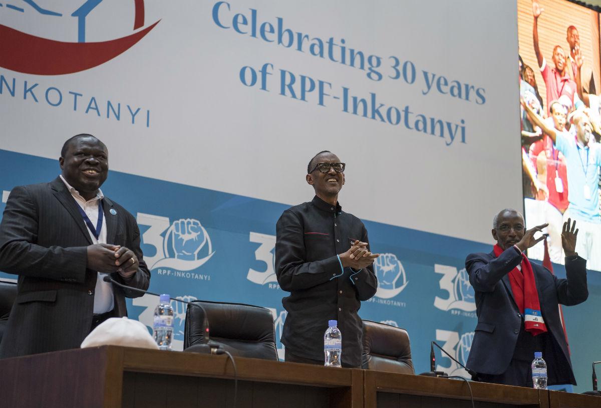Les trois hommes forts du FPR, Christophe Bazivamu (vice-président, à gauche), Paul Kagame (président) et François Ngarambe (secrétaire général) ont été reconduits à leur fonction, le 16 décembre, lors du congrès du parti.