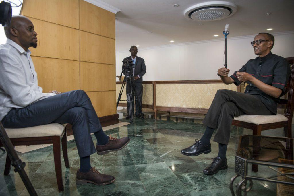 Jean-Paul Kimonyo interviewant Paul Kagame le 10 décembre 2017 à Kigali.