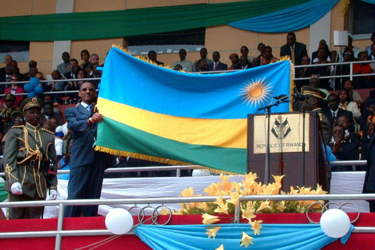 Paul Kagame présente le nouveau drapeau du Rwanda, en 2001 à Kigali.