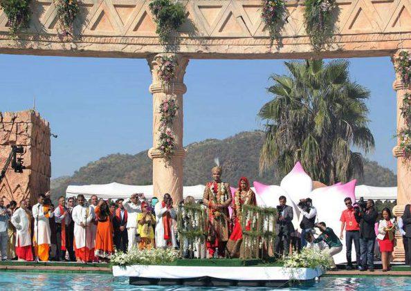 Le 2 mai 2013, les Gupta marient en grandes pompes leur nièce Vega Gupta (ici au centre lors du mariage). Les Zuma sont présents, c'est le premier scandale et le début de la fin pour la famille.