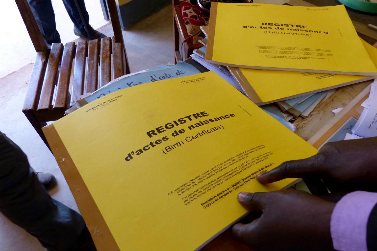 A la mairie de Mokolo les agents de l'état civil manquent de registres d'actes de naissance face à la demande.