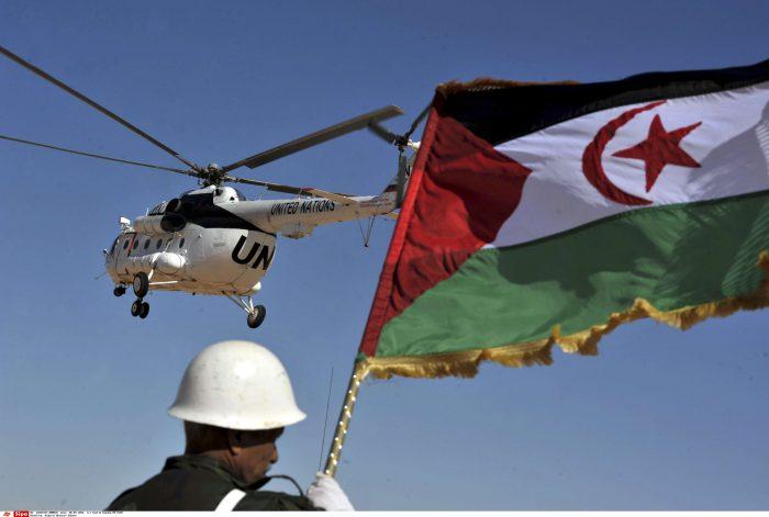 Un soldat brandit le drapeau du Sahara Occidental, le 5 mars 2016.