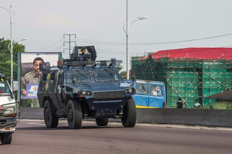 Un véhicule blindé de la police congolaise patrouille dans les rues de Kinshasa, le 30 novembre 2017, lors d'une journée de manifestation.