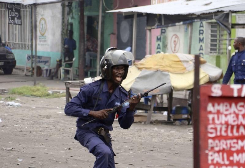 Un policier congolais en train de poursuivre des manifestants à Kinshasa, le dimanche 31 décembre 2017.