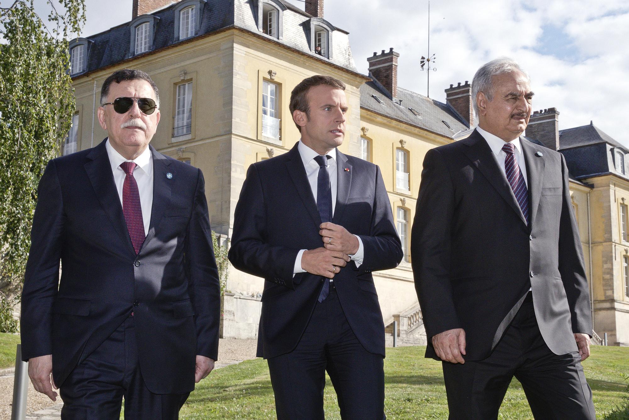 Avec le président français, Emmanuel Macron (au centre), et le Premier ministre, libyen, Fayez el-Sarraj, lors de la rencontre à La Celle-Saint-Cloud, le 25juillet 2017.