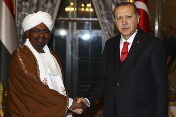 Omar el-Béchir, président du Soudan, et son homologue turc Recep Tayyip Erdogan, le 13 décembre 2017 lors du sommet de l'Organisation de la coopération islamique (OIC) à Istanbul.