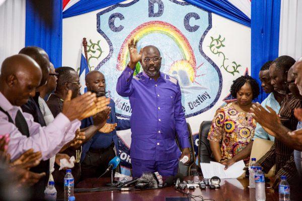 Le chef de l'État et la vice-présidente, Jewel Howard-Taylor (à dr.), au siège du CDC, le 30décembre, à Monrovia.
